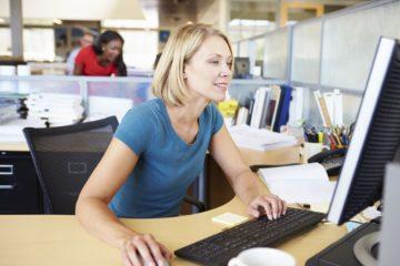O que são Informes de Rendimento - mulher no escritório mexendo no computador