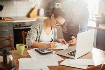 Cálculo do Imposto de Renda 2019 - casal fazendo contas