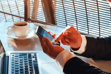 Programa Imposto de Renda - homem mexendo no smartphone